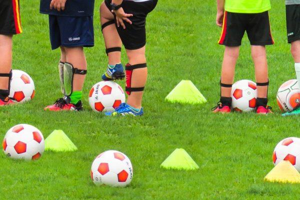 bambini che si allenano a calcio